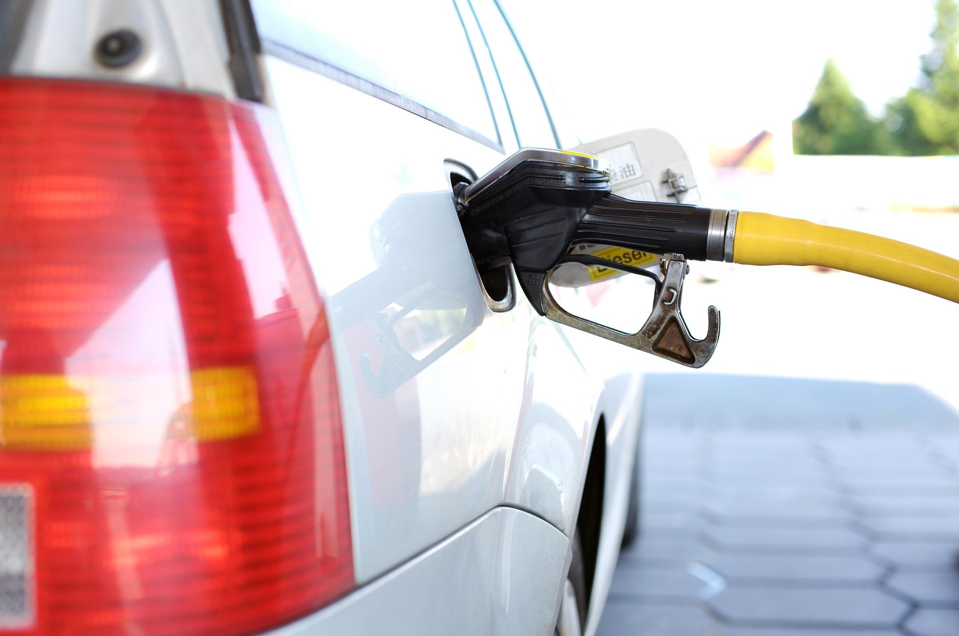 Чи можна доливати в бак по пару літрів бензину?
